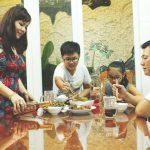 gia đình sử dụng nước mắm trong bữa cơm